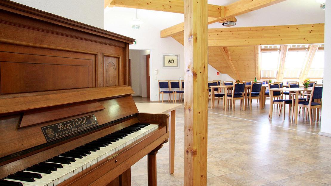IMG_1118_Hohenstein_Ernstthal_Aufenthaltsraum_Konferenzraum_Kino_Klavier_Dachgeschoss_2011